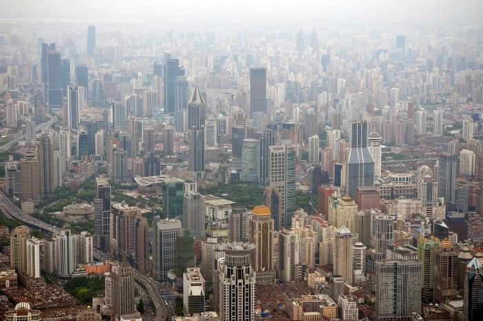 Коммерческая и жилая недвижимость в районе Пудун, Шанхай, 2 августа 2013 года. Снижение объёмов торгов предупреждает о проблемах на рынке недвижимости в Китае. Фото: Peter Parks/AFP/Getty Images