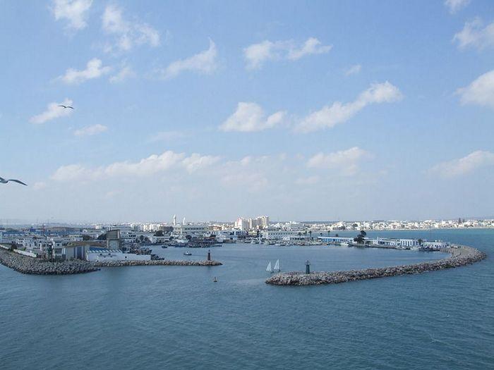 Хальк аль-Уэди — порт тунисской столицы на Средиземном море, соединённый с ней 11-километровым каналом и железнодорожной линией. Стоит на песчаной косе, отделяющей Тунисский залив от озера Тунис. Фото: CarlesVA/commons.wikimedia.org