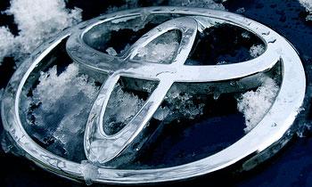 Символ бренда Toyota. Фото с сайта  toyota-ua.com/models/yaris