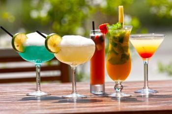 Красочный коктейль в ресторане Brasserie на Каймановых островах. При виде коктейлей неонового цвета, вы будете знать, что вы приземлились в очень солнечном месте. Фото предоставлено Brasserie