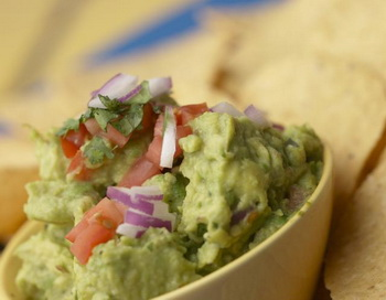 Гуакамол: традиционно  гуакамолэ - мексиканский салат-соус, приготовленный из авокадо.  Фото с сайта Photos.com
