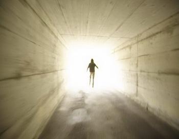 Многие люди на грани смерти совершали проход через световой туннель. Фото: Photos.com