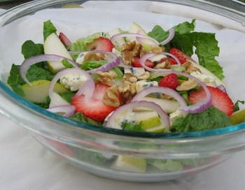Восхитительный салат с грушей, клубникой и малиной  деликатес, которым насладятся все. Фото: Морин Зебиан/Великая Эпоха (The Epoch Times)