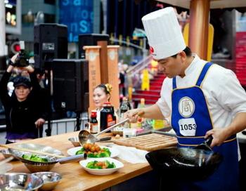 Шеф-повар завершает приготовление блюда в финальном туре конкурса в пятницу, 1 октября. Фото: Генри ЛЭМ/Великая Эпоха /The Epoch Times
