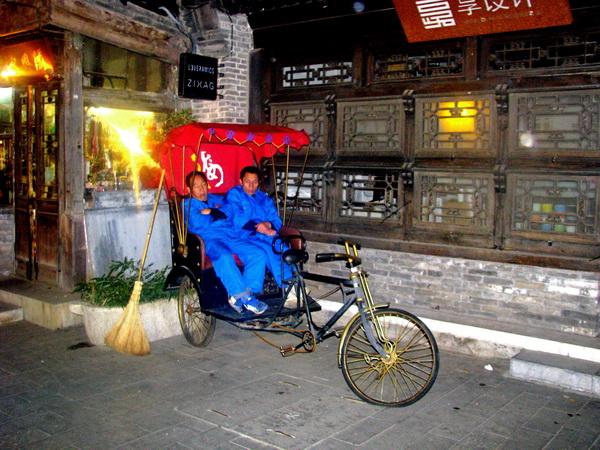 Рикши возле башни колокола. Фото: Ольга Судникович/Великая Эпоха (The Epoch Times)