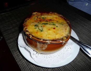 Луковый суп по-деревенски. Фото с сайта wikimedia.org