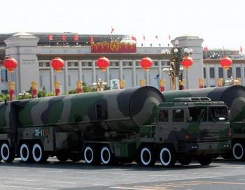 Ядерные ракеты на параде в честь 60-летия основания китайской коммунистической партии, 1 октября 2009 года, Пекин, Китай. Фото: Feng Li/Getty Images