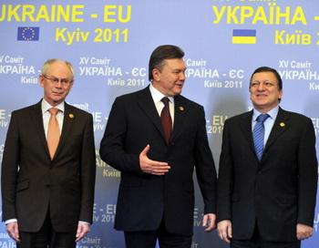 Президент совета ЕС Ван Ромпей, президент Украины Янукович и председатель комиссии ЕС Баррозу в Киеве. Фото: SERGEI SUPINSKY/Getty Images
