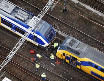 В Амстердаме при столкновении двух поездов пострадали 125 человек. Фото: JERRY LAMPEN/AFP/Getty Images