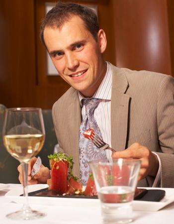 На каждый стакан вина пейте, по крайней мере, один стакан воды. Это помогает от обезвоживающего эффекта алкоголя. Фото: Photos.com