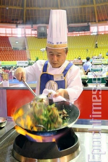 Участник предварительного раунда Третьего международного китайского кулинарного конкурса, проводившегося 24-25 июля 2010 года в Гаосюн, Тайвань. Фото с сайта theepochtimes.com