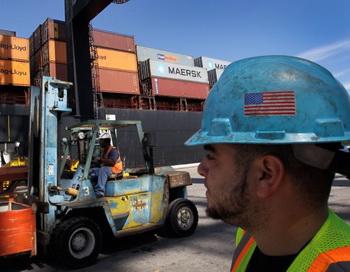 Портовые грузчики работают рядом с контейнеровозом в порту Эверглэйдис в Форт-Лодердейле, октябрь 2011г. Фото: Joe Raedle/Getty Images