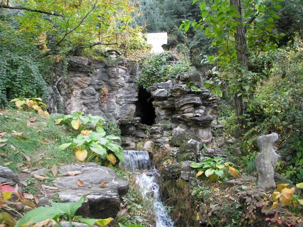 Водопад и вход в пещеру. Фото: Ольга Судникович/Великая Эпоха (The Epoch Times)
