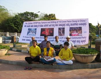 Последователи Фалуньгун в Бангалоре протестуют против репрессиий Фалуньгун в Китае в день приезда Ху Цзиньтао в Индию. Фото: Т. Виноградова/Великая Эпоха (The Epoch Times)