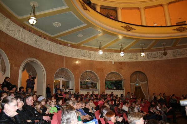 На концертах «ДК Нефтехимик» всегда полные залы благодарных зрителей. Фото: Оксана Торбеева/Великая Эпоха (The Epoch Times)