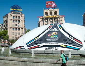 Гигантский рекламный баннер в виде официального мяча Евро-2012, установленный на площади Независимости в Киеве. Фото РИА Новости