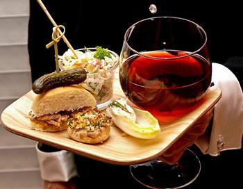 Праздничные рецепты: барбекю из кусочков свинины; салат из яблок, орехов и капусты; краб, фаршированный бельгийским эндивием; фаршированные шляпки грибов, поданные с бокалом красного вина. Фото: Сандра Шилдс/Великая Эпоха (The Epoch Times)