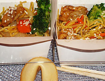 Праздничные рецепты: азиатская лапша в мини-коробках на вынос для полуночной закуски.  Фото: Сандра Шилдс/Великая Эпоха (The Epoch Times)