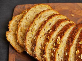 Пшеничная мука, овсяная мука и мёд обеспечивают высокое содержание клетчатки и витаминов в одном батоне хлеба. (Photos.com)