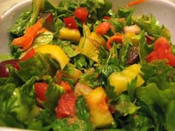 Красочный салат с томатно-апельсиновым соусом. Фото: incrediblesmoothies.com