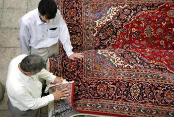 От Древнего Востока до наших дней – персидский ковёр дорогой во всех смыслах подарок. Фото: KHALED FAZAA/AFP/Getty Images