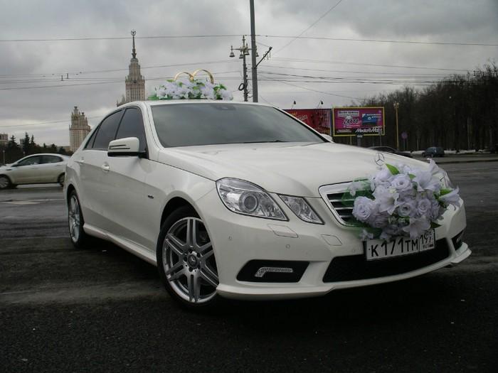 Белый мерседес — Vip-Taksi на свадьбу. Фото с сайта vip-taksi.com/svadba