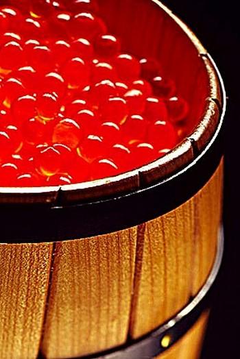Анекдот про икру: «Если вы едите икру ложкой, то вы – олигарх или сторож на заводе рыбозаготовки». Фото с сайта oyster-treid.com/ikra-krasnaya-lososevyix-porod