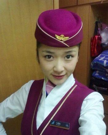 23-летняя стюардесса China Southern Airlines Ма Ай Лунь погибла отвечая по заряжавшемуся iPhone. Как выяснилось, девушка использовала поддельное ЗУ. Фото: weibo.com