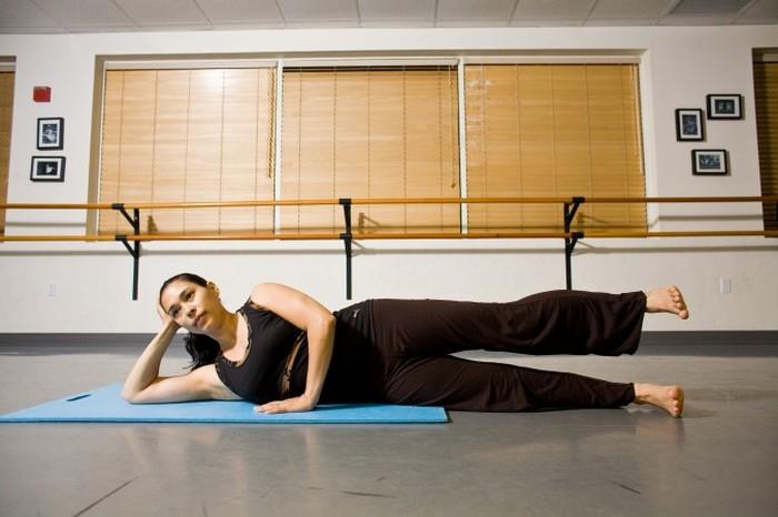 Не позволяя тазу двигаться, поднимите верхнюю ногу примерно на 30 см от нижней ноги. Фото: Henry Chan/Epoch Times