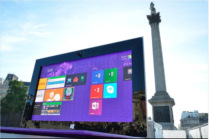 Маркетологи из Редмонда установили в центре Лондона это. Это — новый Surface 2. Фото: theverge.com