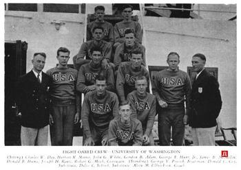 В 1936 году на Олимпиаде в Берлине американская  команда по гребле прибыла на соревнования в свитшотах с эмблемой USA  на груди. Фото с сайта dandyism.ru