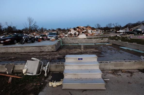 Торнадо бушует в США, есть жертвы. Фото: Scott Olson, Julie Denesha, Whitney Curtis/Getty Images