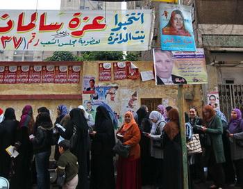 Жители Каира стоят в очереди на один из городских избирательных участков. Фото РИА Новости