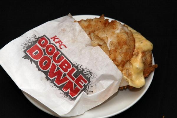 Фоторепортаж о продажах  гамбургеров сети ресторанов фастфуда KFC Double Down в Новой Зеландии. Фото: Sandra Mu/Getty Images