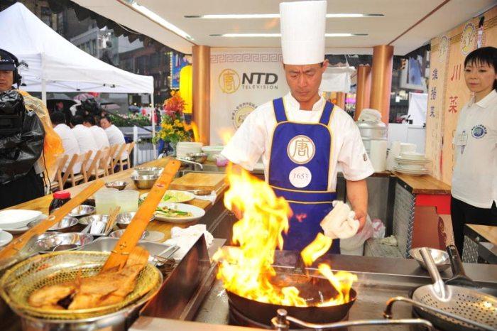 Чэнь Ичунь готовит рыбу. Фото: Великая Эпоха (The Epoch Times)