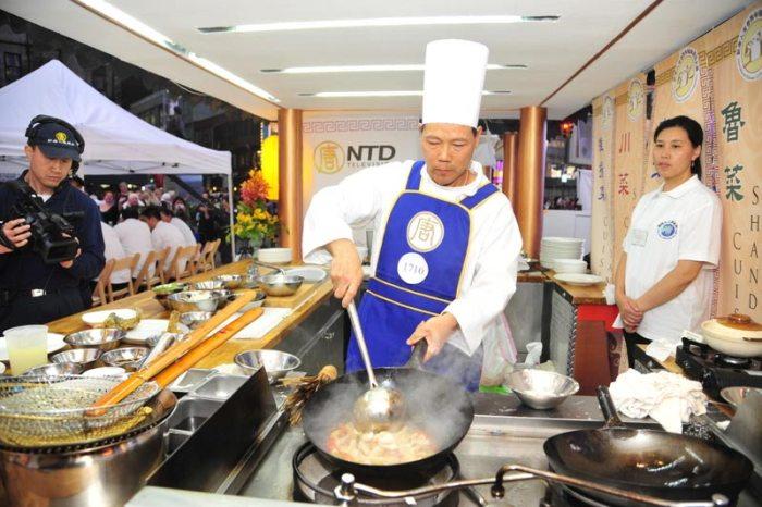 Лю Шисянь готовит Кантонское блюдо. Фото: Великая Эпоха (The Epoch Times)