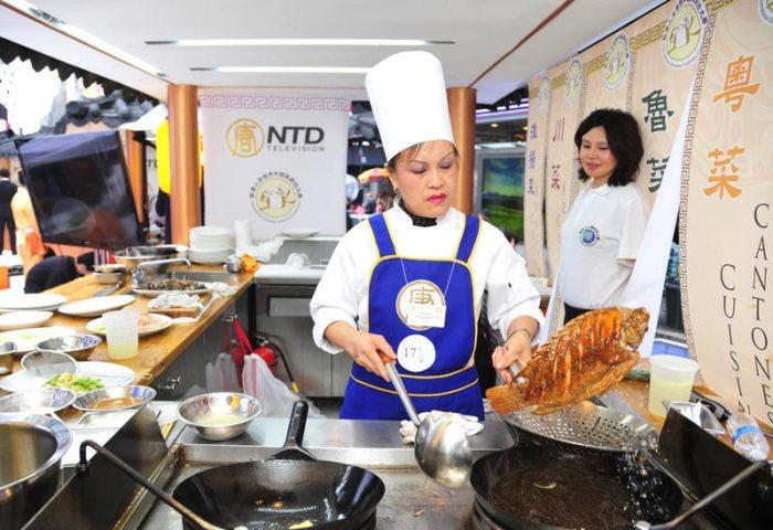 Ши Юйхуа готовит блюдо в Шаньдунском стиле. Фото: Великая Эпоха (The Epoch Times)