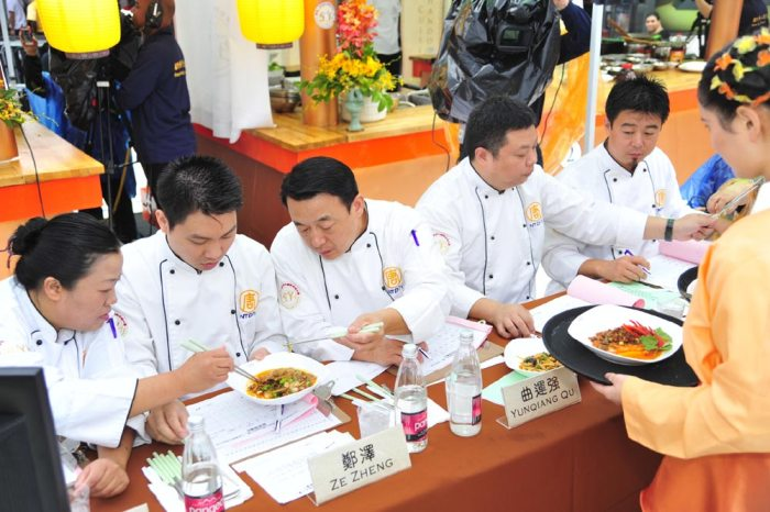 Судьи дегустируют блюда. Фото: Великая Эпоха (The Epoch Times)