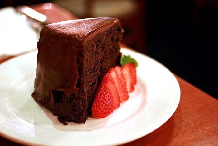 Шоколадный торт. Фото: Leslie Kalohi/flickr.com