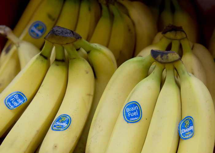 Недавно американские учёные составили список продуктов, которые могут испортить настроение человеку. А бананы содержат эндорфины — гормоны счастья. Фото: SAUL LOEB/AFP/Getty Images