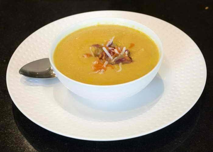 Суп из авокадо и моркови с кокосово-фруктовой смесью. Фото: Mareya Ibrahim