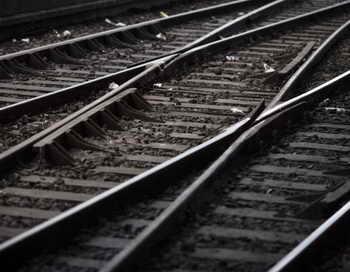 Грузовик упал на железнодорожные пути в Москве. Фото: KIRILL KUDRYAVTSEV/AFP/Getty Images