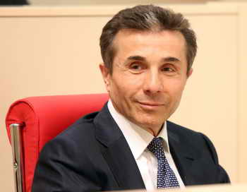 Бидзина Иванишвили в беседе с журналистами 17 октября ещё раз подтвердил своё намерение уйти с поста премьер-министра Грузии. Фото: VANO SHLAMOV/AFP/Getty Images