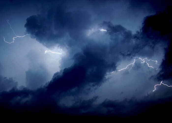 Жестокие зимние бури бушуют в Атлантике и Эгейском море. На Канарских островах местное бюро погоды зарегистрировало около 1500 молний. Фото: MUSTAFA OZER/AFP/Getty Images