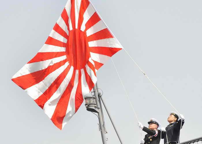 Японский десантный корабль потопил рыболовецкое судно. Фото: TORU YAMANAKA/AFP/Getty Images