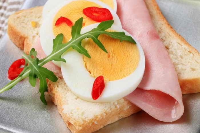 Бутерброд с яйцом и ветчиной. Фото: vikif/Photos.com
