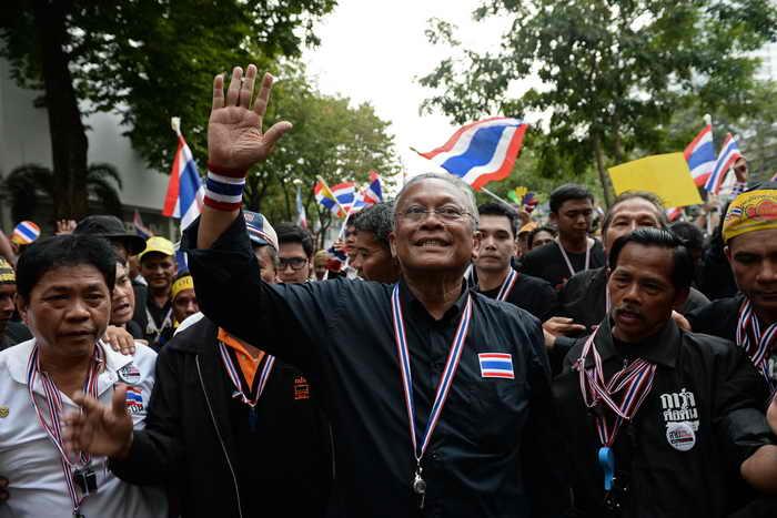 Парламент Таиланда распущен, но оппозиция хочет большего.  Лидер оппозиции, бывший вице-премьер Сутеп Таугсубан. Фото: CHRISTOPHE ARCHAMBAULT/AFP/Getty Images