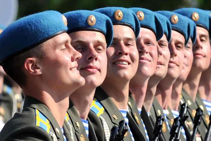 Россияне стали лучше относиться к службе в армии. Фото: YURI KADOBNOV/AFP/Getty Images