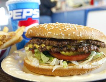 Двойной чизбургер, картофель фри. Фото: Justin Sullivan/Getty Images