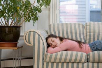 Сонливость днём среди подростков связана с повышенной тягой к углеводам. (Photos.com)